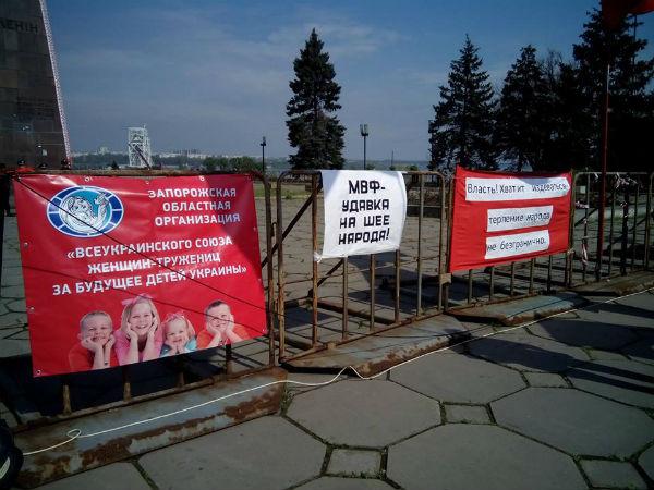 У Запоріжжі комуністи повісили на паркані Сталіна (ФОТО) - фото 2