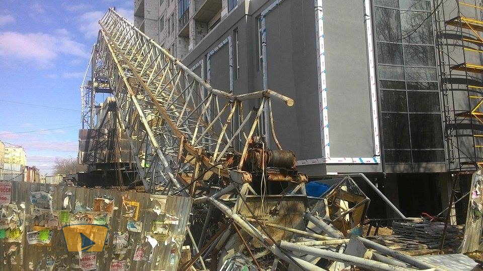 У Рівному завалився величезний кран (ФОТО) - фото 1