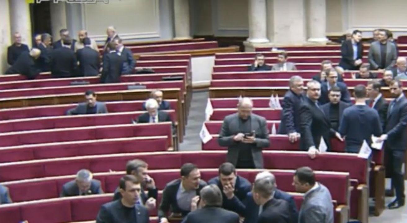 Зала сесійного застою: нардепам не сидиться під час виступу міністра (ФОТО) - фото 1