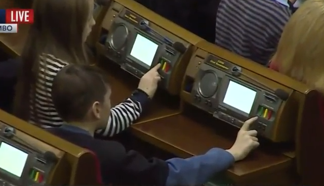 Новорічне засідання Ради: Як діти загиблих бійців АТО голосували за мир і європейську Україну  - фото 2