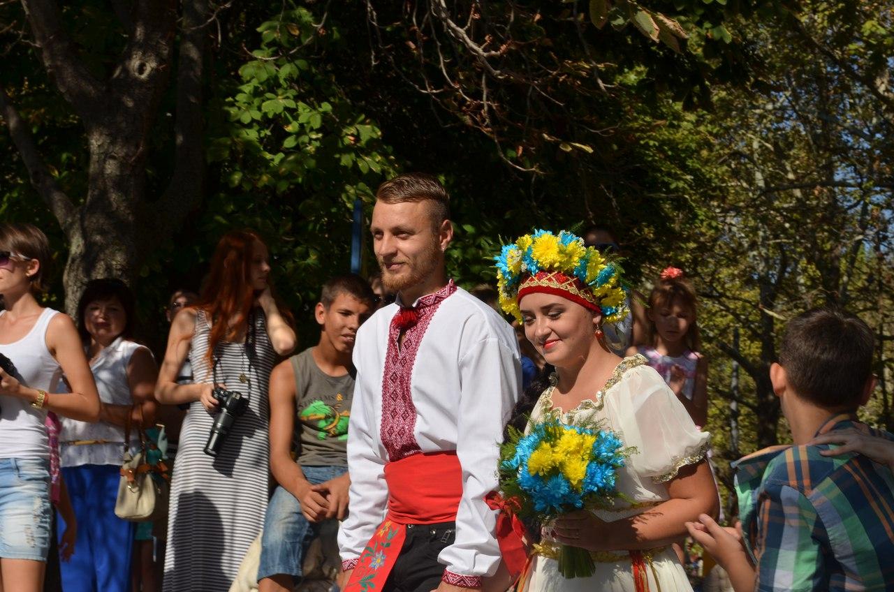Миколаївці зіграли три весілля прямо в центрі міста
