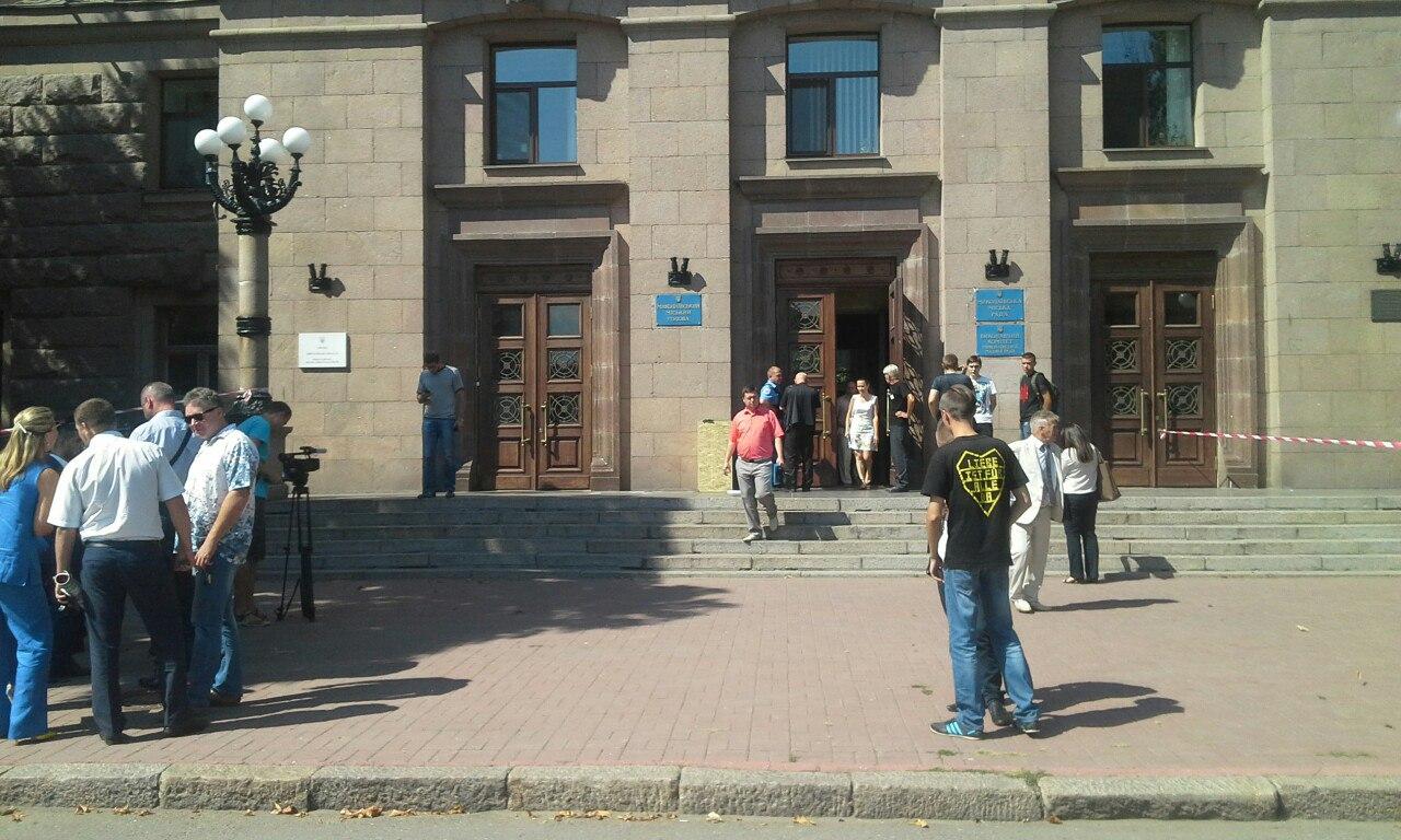 У Миколаєві прямо під час сесії замінували міськраду - фото 2