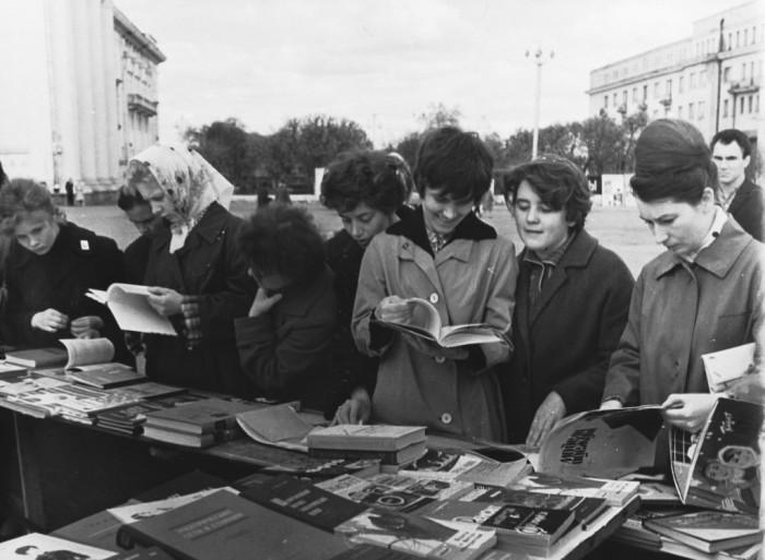 Дикий СРСР: Як знуджені громадяни міняли макулатуру на... макулатуру - фото 1