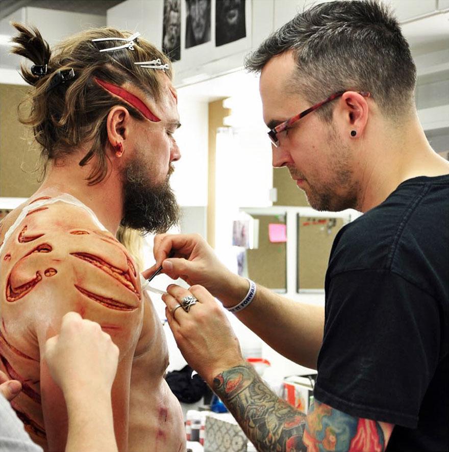 У мережу потрапило фото Ді Капріо з жахливими шрамами та ранами  - фото 1