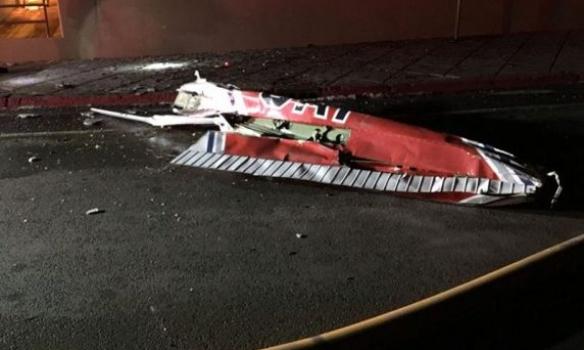 У США літак врізався в офісну будівлю - фото 1
