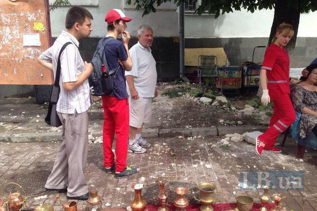 На Контрактовій площі в столиці карниз будівлі впав на перехожих - фото 1