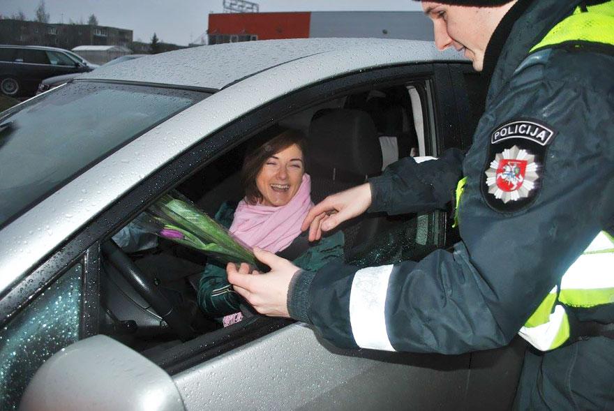 Що литовські поліцейські робили з жінками на 8 березня - фото 4