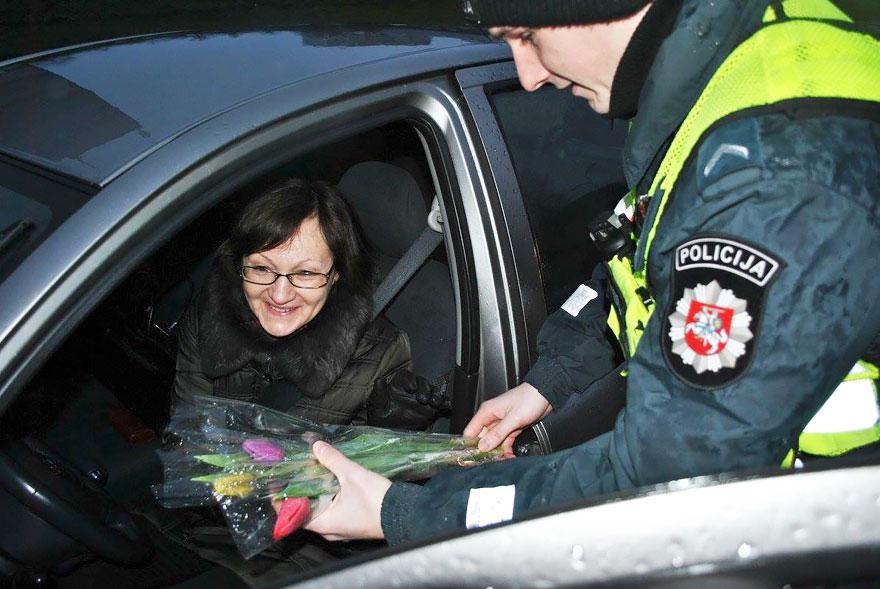 Що литовські поліцейські робили з жінками на 8 березня - фото 2