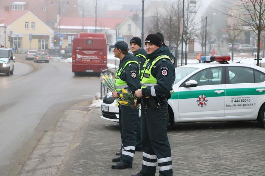 Що литовські поліцейські робили з жінками на 8 березня - фото 1