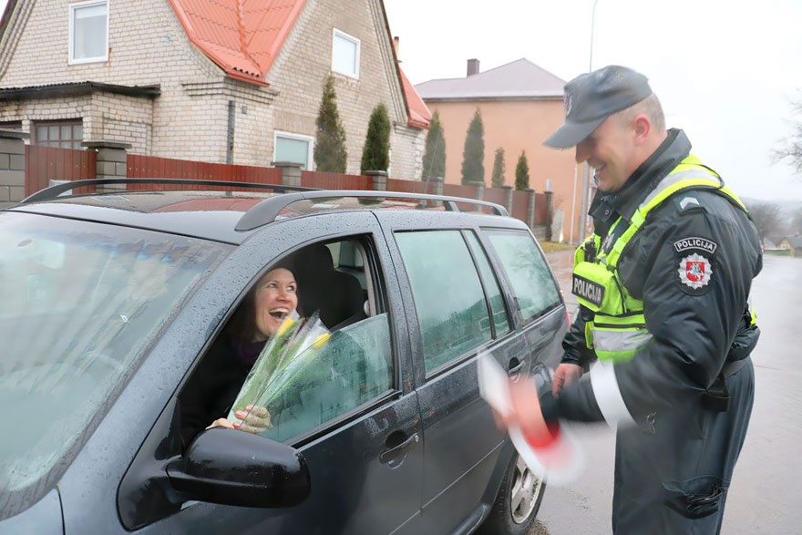 Що литовські поліцейські робили з жінками на 8 березня - фото 3