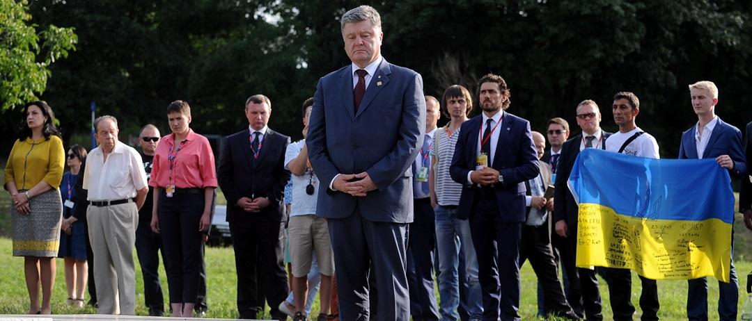 Порошенко у Варшаві віддав данину пам'яті жертвам Волинської трагедії - фото 1