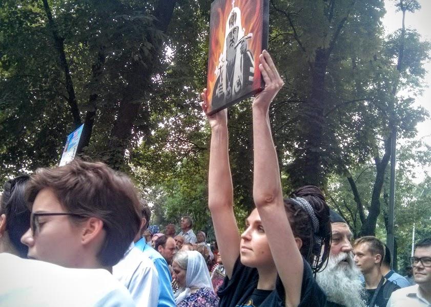 """На """"гундяєвській ході"""" поліція затримала журналістку за портрет Кирила у пеклі - фото 1"""