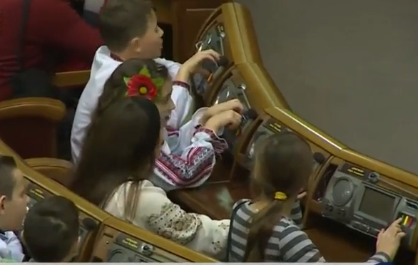 Новорічне засідання Ради: Як діти загиблих бійців АТО голосували за мир і європейську Україну - фото 3