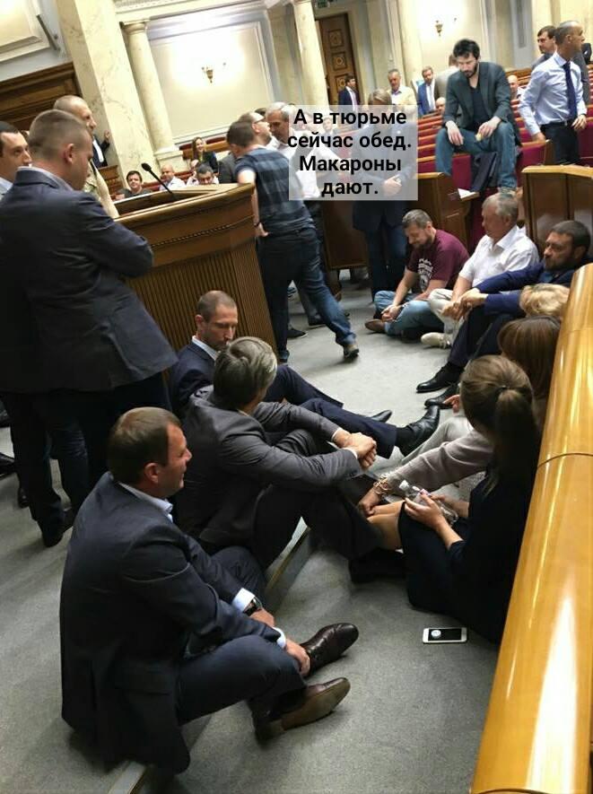 """Як у мережі потішаються над """"сидячим протестом"""" Ляшка (ФОТОЖАБИ) - фото 2"""