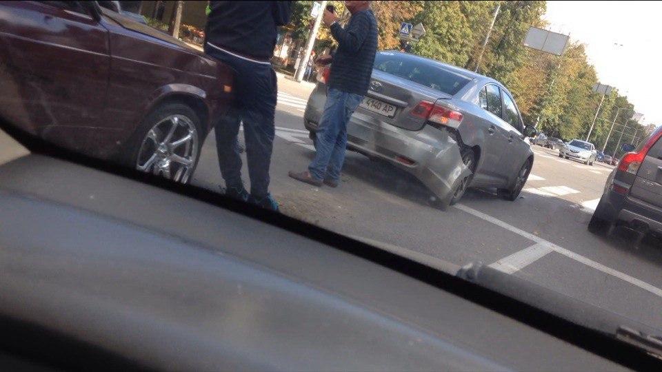 На проспекті Науки не роз'їхалися легкові авто  - фото 1