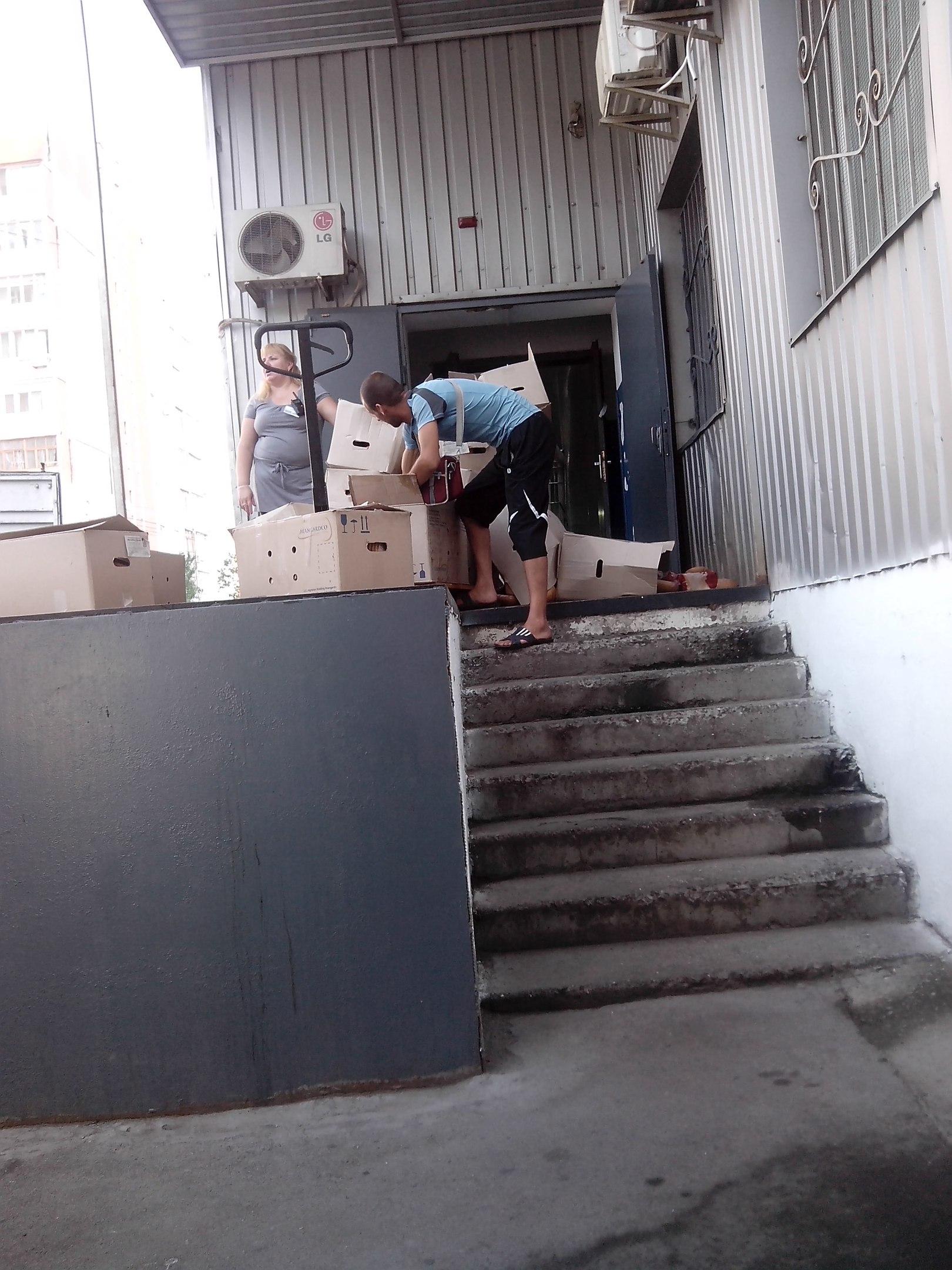 У Миколаївському супермаркеті хліб вивалюють прямо на дорогу - фото 2