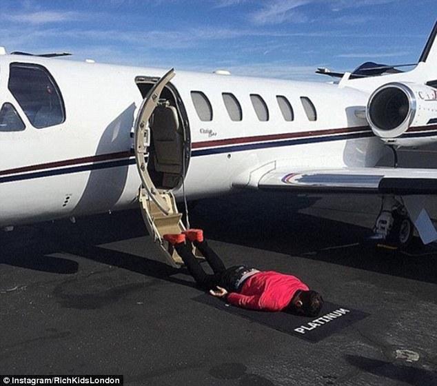 Ванни з шампанського та приватні літаки: Як розкошують британські мажори - фото 3