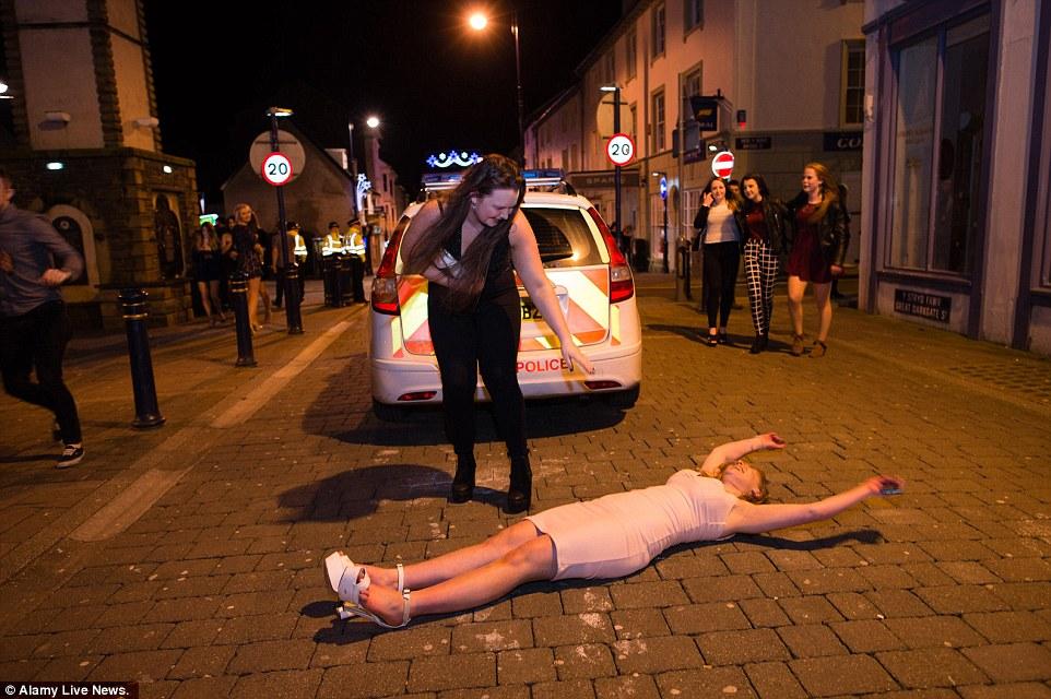 Як в Новорічну ніч британці втрачали контроль і... брюки - фото 7