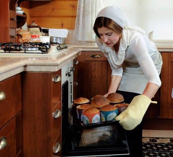 Мокра і з дорогою сумкою: Фотоісторія першої леді Марини Порошенко - фото 2
