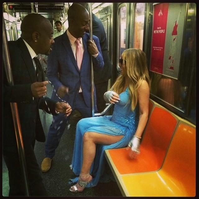 Ролики девушки в легком платье в метро