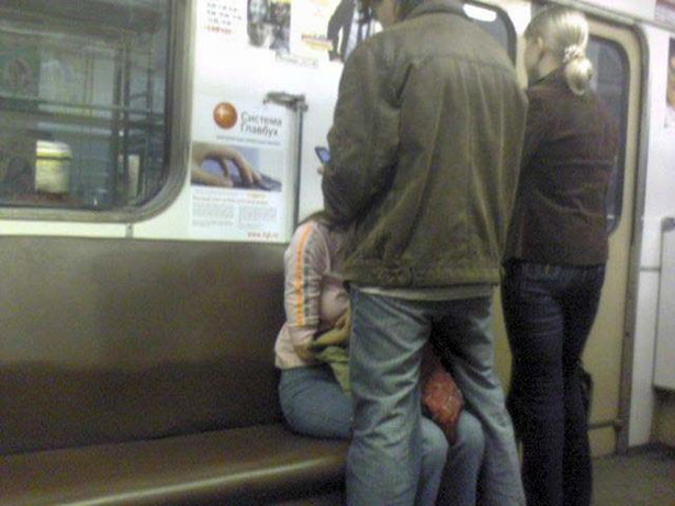 Я лапаю телок в метро видео русскую студентку