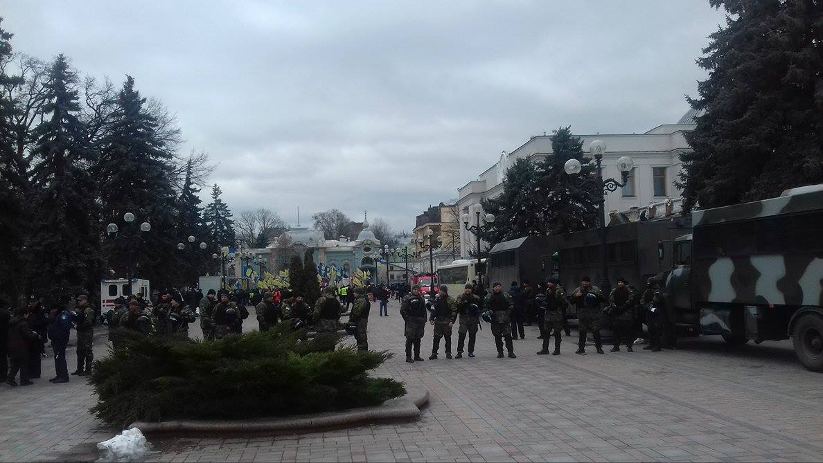 Під Радою на мітингу проти Яценюка лишилося 300 людей (ФОТО) - фото 1