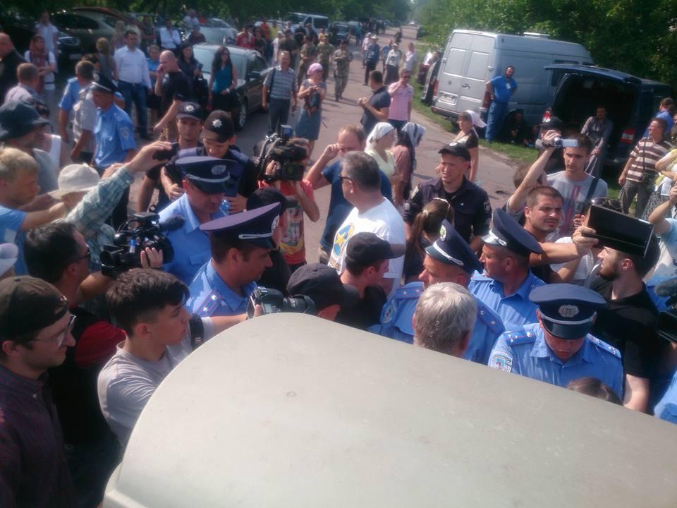 """""""Гундяєвці"""" порвали ікону Путіна з вусиками Гітлера - фото 1"""