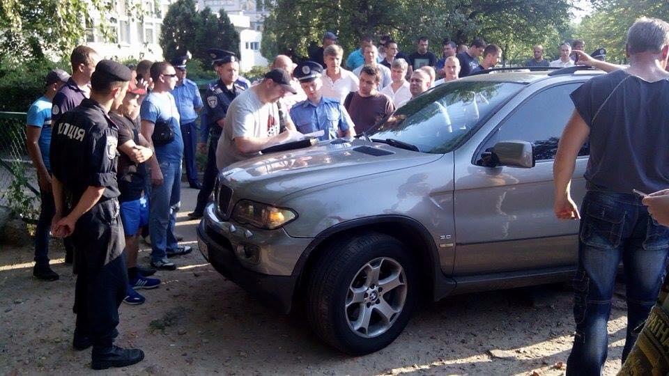 В Чернігові затримали та відпустили чергову автівку зі зброєю і грошима - фото 1