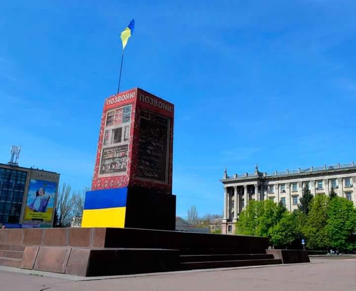"""Ленін на броньовику: миколаївський пікетувальник на столі став """"героєм"""" дня"""