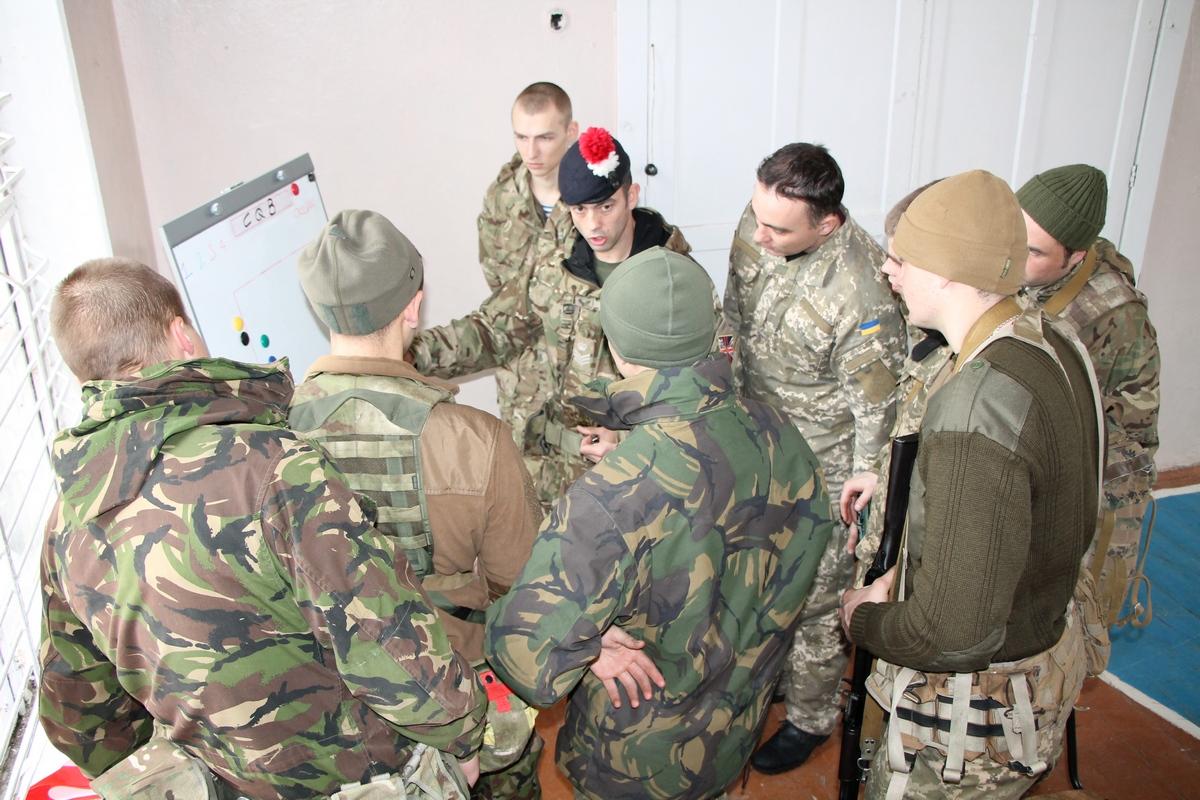 """Як """"королівські"""" військові Британії тренують українських морпіхів у Миколаєві (ФОТО) - фото 1"""