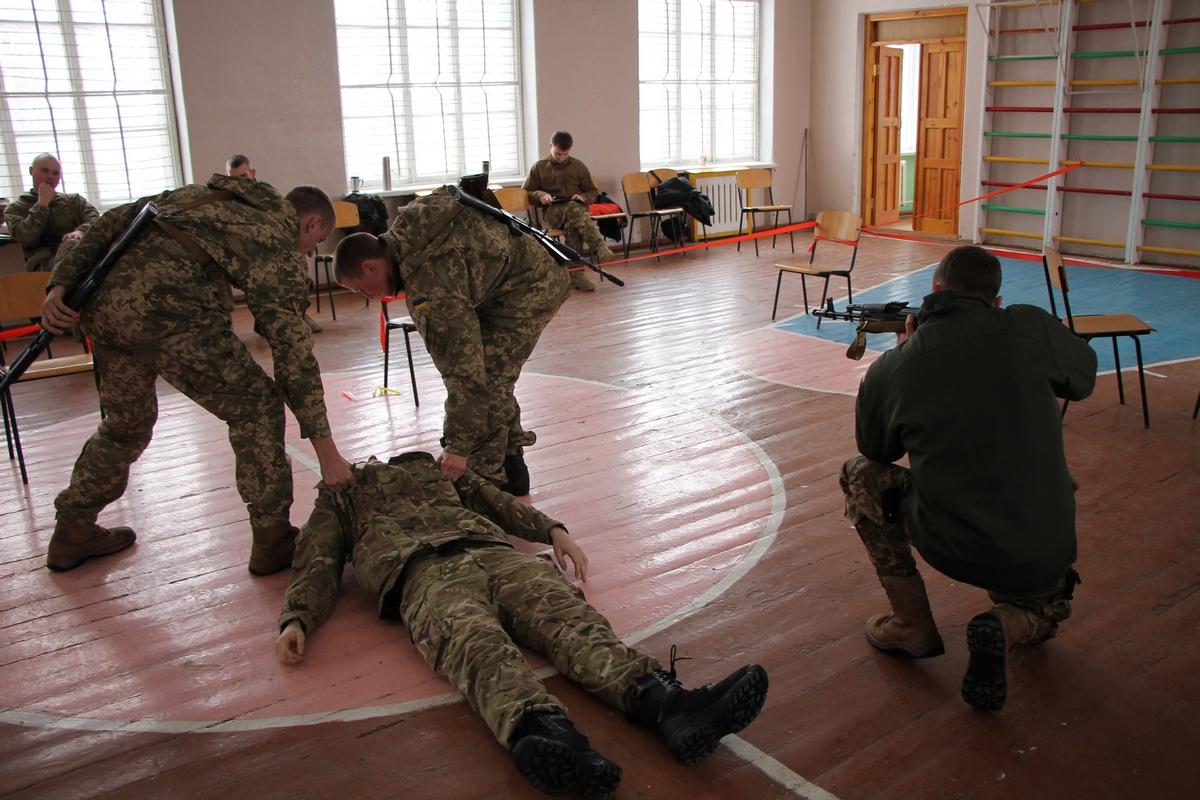 """Як """"королівські"""" військові Британії тренують українських морпіхів у Миколаєві (ФОТО) - фото 3"""
