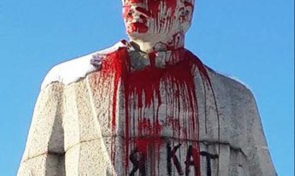 На Луганщині пам'ятник Леніну облили червоною фарбою - фото 1
