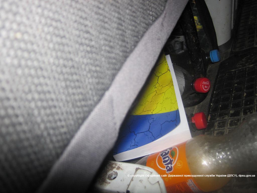 """На Росії українським водіям роздають пропагандистську """"макулатуру"""" - фото 3"""