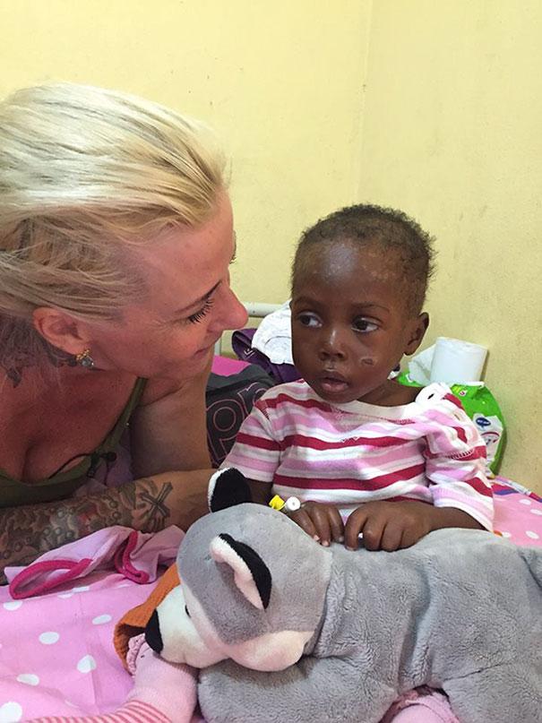 Зворушлива історія про малюка з Нігерії, який помирав від голоду, отримала своє продовження  - фото 6