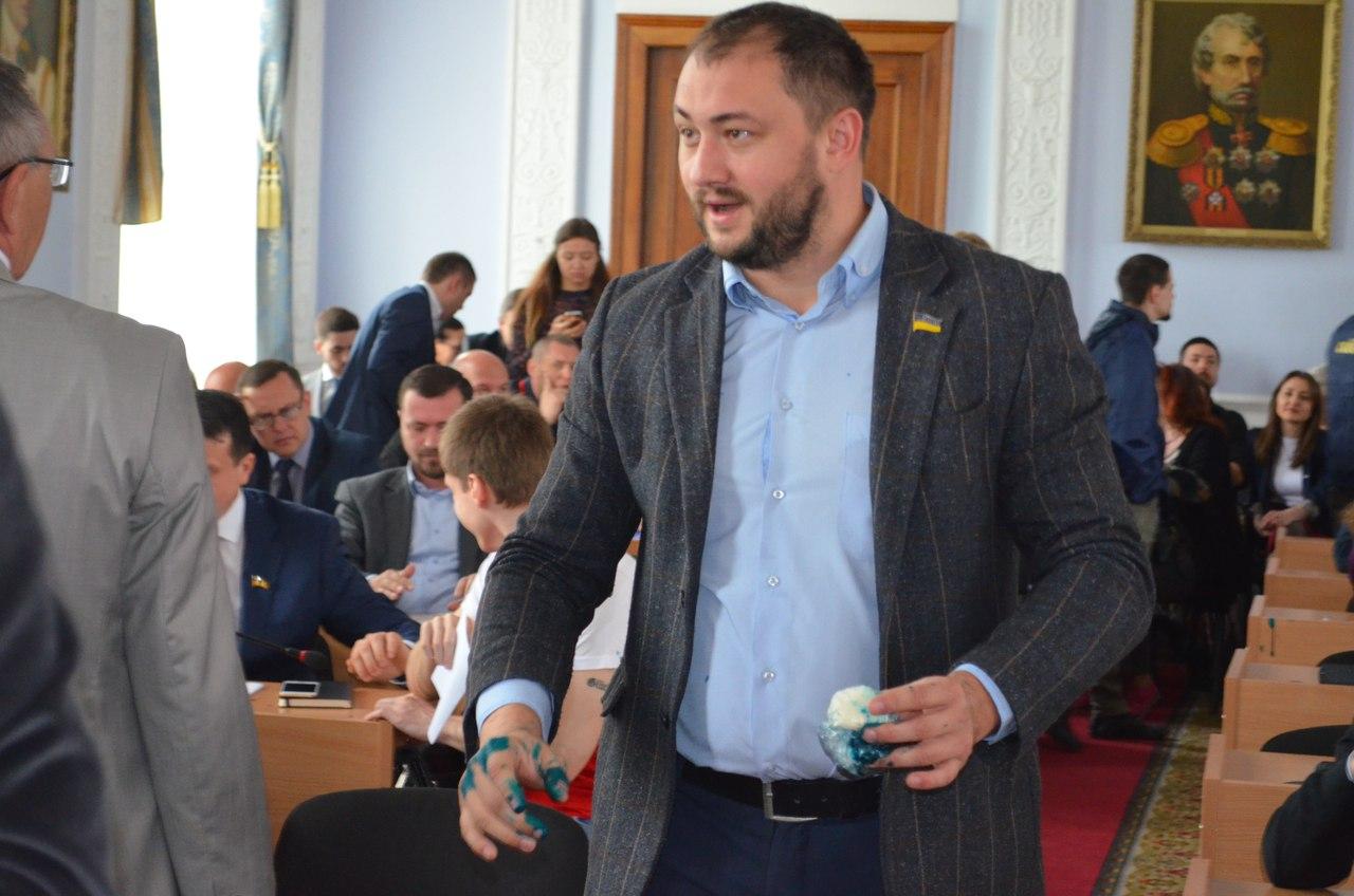 На сесії Миколаївської міськради прибічника партії Медведчука облили зеленкою - фото 1