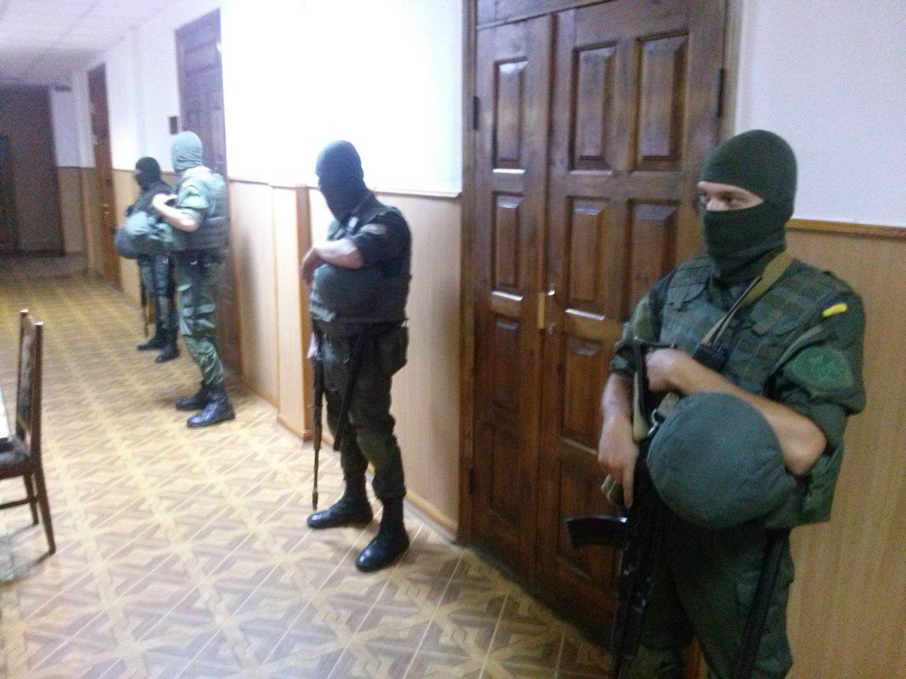 У Харкові суд по Штепі: залу охороняють бійці в балаклавах і з автоматами  - фото 1
