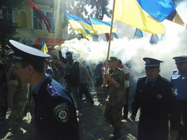 """В Одесі націоналісти влаштували марш з димовими шашками на підтримку """"убивць Бузини"""" (ФОТО) - фото 1"""
