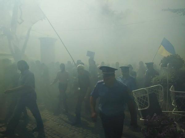 """В Одесі націоналісти влаштували марш з димовими шашками на підтримку """"убивць Бузини"""" (ФОТО) - фото 2"""