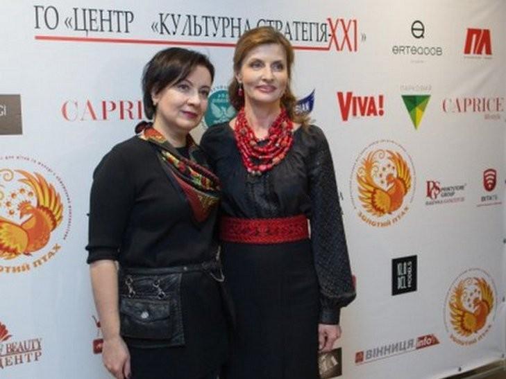 Мокра і з дорогою сумкою: Фотоісторія першої леді Марини Порошенко - фото 7