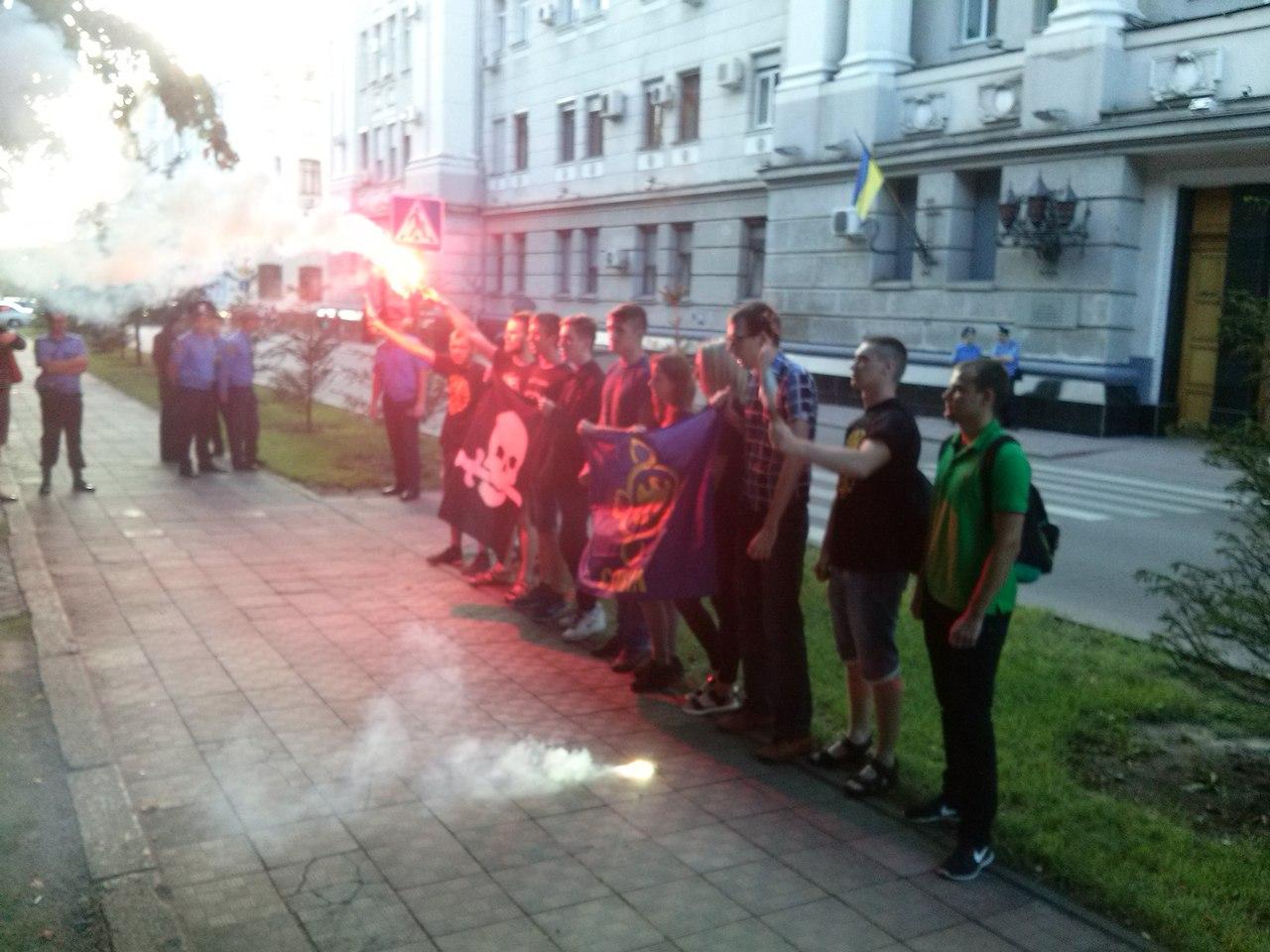 У Харкові біля главку поліції запалили фаєри - фото 3