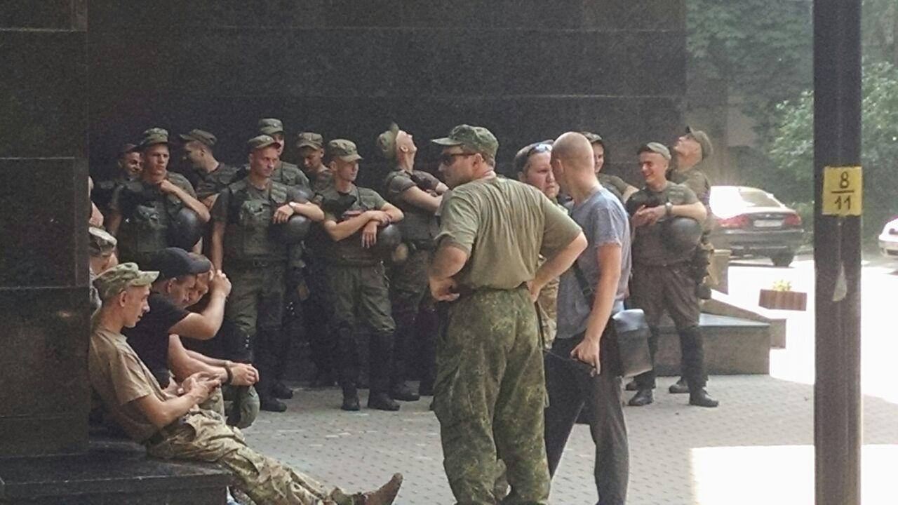 У Києві пікетують Луценка - фото 9