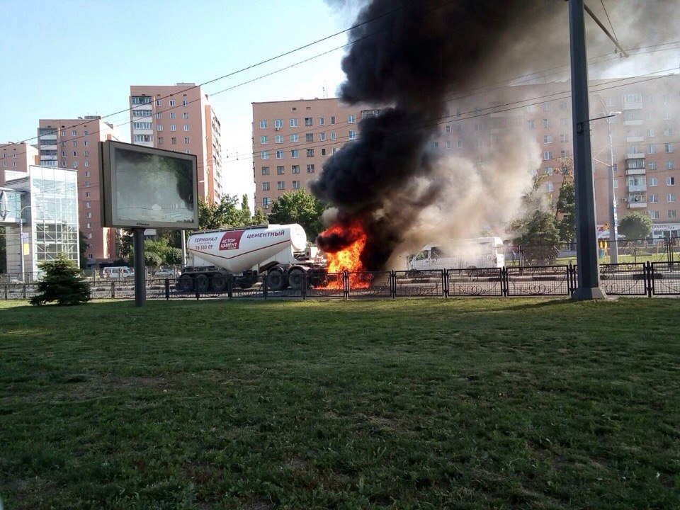 На проспекті Гагаріна спалахнув цементовоз: опубліковане відео (ВІДЕО, ФОТО)  - фото 1