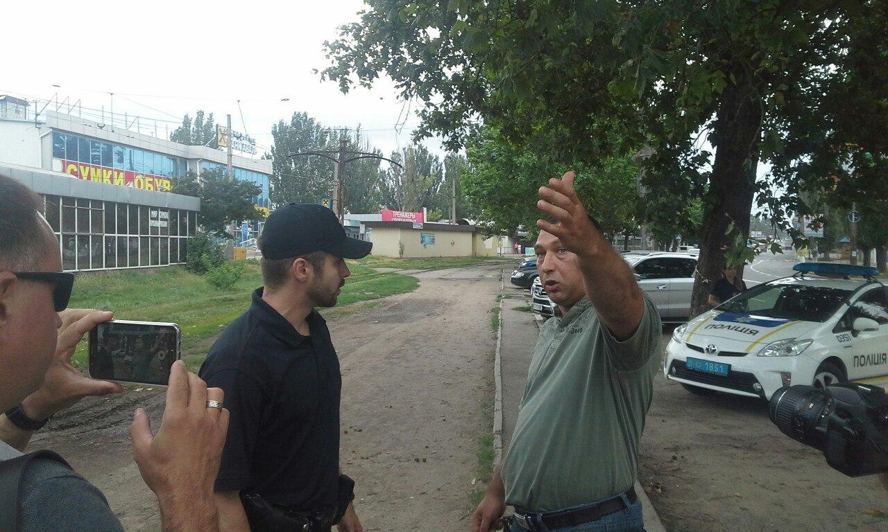 """У Миколаєві скандальний активіст перешкоджає демонтажу """"пеліпасівських"""" білбордів - фото 2"""