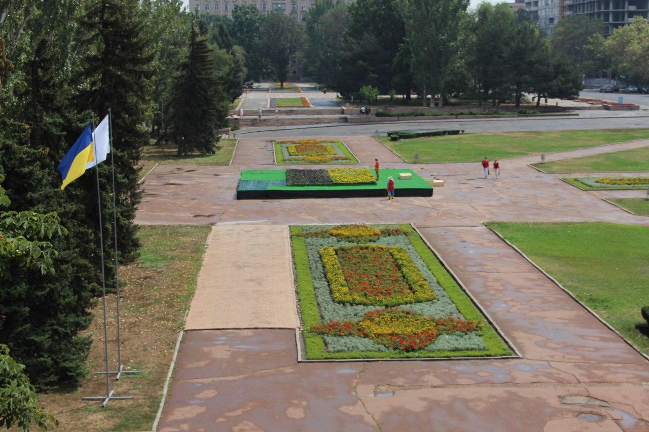У Миколаєві на місці постамента Леніну з'явився квітковий двоколор - фото 1