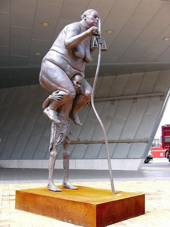 Блювота і обвислі груди: ТОП-10 найбільш трешевих пам'ятників у світі - фото 8