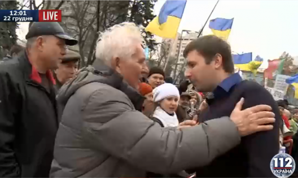 Парасюк узяв сокиру в мітингувальника під Радою (ФОТО) - фото 1