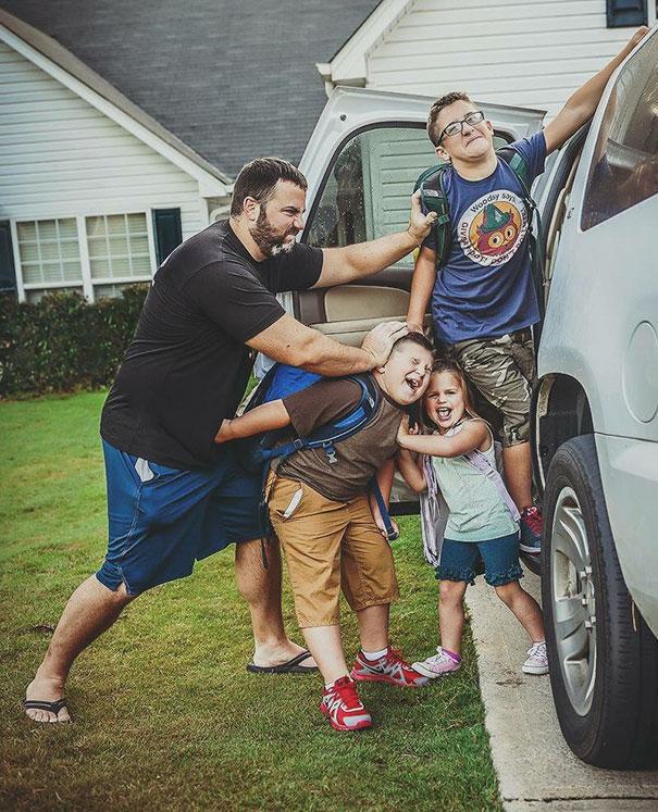 """Як батьки """"сумують"""", коли їхні діти йдуть до школи після літніх канікул  - фото 8"""