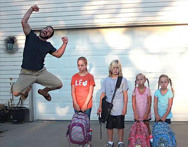 """Як батьки """"сумують"""", коли їхні діти йдуть до школи після літніх канікул  - фото 5"""