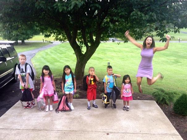 """Як батьки """"сумують"""", коли їхні діти йдуть до школи після літніх канікул  - фото 6"""