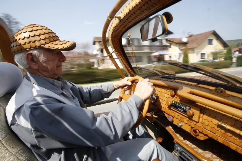 Пенсіонер прославився завдяки авто з риб'ячою лускою - фото 1